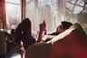 Предпоследнее место рейтинга заняли кресла-мешки и прочая бескаркасная мягкая мебель. Отсутствие формы постепенно ведет к утрате содержания: такие кресла, диваны и пуфы быстро оседают и теряют товарный вид. В большинстве случаев смотрятся они нелепо и уровень комфорта обеспечивают недостаточный.