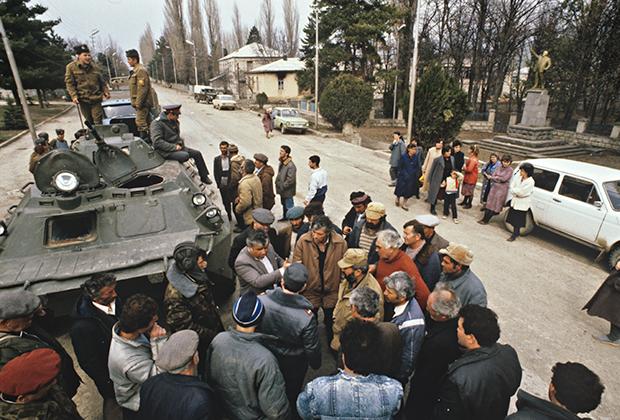 Бронетехника в центре поселка Шаумяновск (НКАО), 1991 год