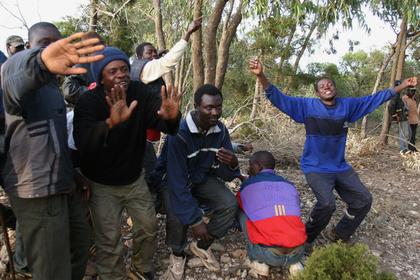 Мигранты поехали «зацеперами» на пароме и попали на видео