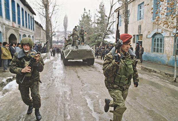 Введение чрезвычайного положения на территории Нагорно-Карабахской автономной области. Военнослужащие Министерства обороны СССР на улицах города Физули
