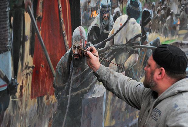 Художник Павел Рыженко работает над созданием диорамы «Стояние на Угре»