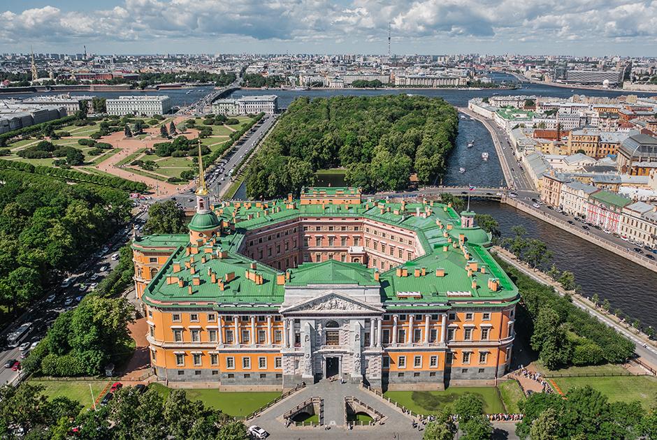 Михайловский замок — любимая резиденция Павла I, в которой он был убит. Замок строился с 1797 по 1801 годы