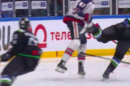 Российский хоккеист сломал нос сопернику во время матча