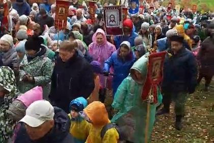 В России под дождем провели детский крестный ход ради хороших оценок