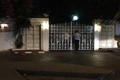 Работники отеля отключили туристам интернет и взяли их в заложники