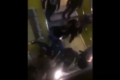 Массовая драка в российском ТЦ попала на видео