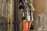 Сербско-британская модная инфлюэнсерка Тамара Калинич для визита на дефиле известного своей любовью к этнике дома Etro примерила образ «гламурной Покахонтас»: две иссиня-черных косы, переброшенных на грудь, как у индейской скво, жакет с бахромой и сапоги, которые можно было бы принять за мокасины, не будь у них аршинных шпилек.