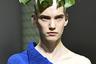 Монстера — цветок с широкими листьями — полюбился сразу нескольким домам моды. Такие принты показали и Dolce & Gabbana, и Giorgio Armani, иCividini, а дизайнер дома Marni и вовсе разместил лист прямо на голове одной из моделей.