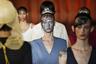 У Frankie Morello с моделями не церемонятся: блестки оказываются не на одежде, а у них на лицах. В сочетании с супергладкими прическами впечатление получилось космическое — чего, увы, не скажешь об одежде.