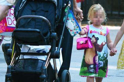 Ирина Шейк провела дочь по Нью-Йорку в платье с российским мультфильмом