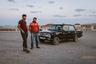 Чтобы добраться до грязевых вулканов, нужно преодолеть бездорожье. К этому месту нет ни туристической тропы, ни указателей, зато есть таксисты, знающие дорогу и регулярно выполняющие маршруты туда-обратно на бывалых «Жигулях». Водители лихо рассекают по пустыне, устраивая гонки в стиле «Безумного Макса». Скорость, клубы пыли, крутые виражи, ухабы, тряска и в финале— въезд на холм вулкана, прямо к кратеру.