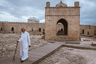 На Апшеронском полуострове, в 30 километрах от центра Баку, в селе Сураханы располагается храм огня Атешгях. На территории Апшерона индусы-огнепоклонники появились примерно в XV-XVI веках, когда Ширван (в настоящее время — часть территории Азербайджана) вел с Индией активные торговые отношения.   <br></br> Комплекс сооружений храма был возведен в начале XVIII века. В разное время почитался зороастрийцами, индуистами и сикхами. Со всех сторон храм окружен крепостной стеной, в которой находились кельи и молельни, теперь в них располагаются залы музея с экспонатами, иллюстрирующими жизнь огнепоклонников. В центре двора— четырехугольный главный храм, алтарь-святилище.
