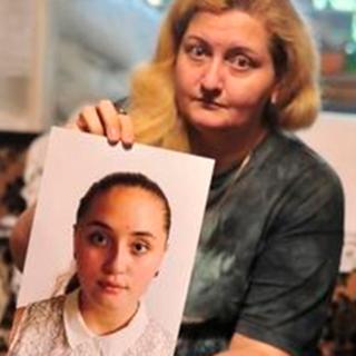 Мама Ярославы Журавлевой Тамара с фотографией дочери