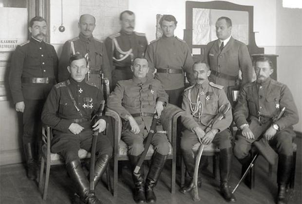 В первом ряду слева направо: командующий Р.Гайда, верховный правитель России А.Колчак, начальник штаба Б.Богословский