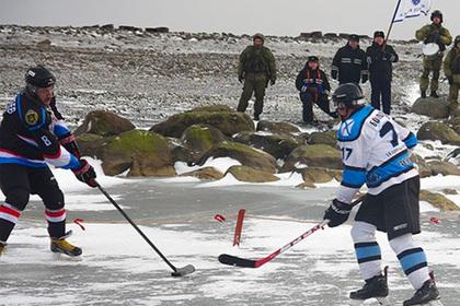 Моряки Северного флота сыграли в хоккей на Земле Александры