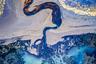 Австралиец Том Патт стал обладателем второго места в конкурсе имени Кэролайн Митчум за фотографию «Река огня», сделанную в Исландии. Он запечатлел реку с воздуха и сумел создать иллюзию движения на снимке, который больше похож на нарисованную маслом картину, чем на фотографию.