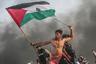 Фотография, ставшая символом протестов в Газе в 2018 году. Фотограф Мустафа Хассона из турецкого агентства Anadolu увековечил палестинского демонстранта, протестующего против морской блокады сектора Газа с флагом Палестины в руках. Фотография была сделана в северной части Газы 22 октября 2018 года. С момента публикации в сети это фото сравнивают с картиной Эжена Делакруа «Свобода, ведущая народ». Работа заняла третье место в категории «Документальная фотография».