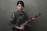 Когда американский фотограф Джоуи Эл заинтересовался войной в Сирии, его внимание привлекли партизаны Курдистана, среди которых много женщин. Эл заметил, что западная пресса зачастую романтизирует их образ, и решил сам отправиться на место боевых действий и снять честные и человечные портреты женщин, воющих за свою землю.