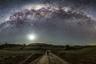 Астрофотография традиционно считается делом, требующим немалых технических затрат и определенных навыков. Австралиец Ари Рекс не побоялся трудностей и с головой погрузился в этот жанр, полюбив его возможность продемонстрировать публике недоступную невооруженному глазу красоту. Рексу повезло: чаще всего для того, чтобы увидеть усыпанное звездами небо, ему достаточно выйти во двор своего дома в Канберре, столице Австралии. Низкая влажность и небольшая загрязненность воздуха в этом городе дарят ему возможность наслаждаться великолепием Млечного Пути чаще, чем во многих других крупных городах.