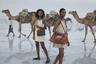 Пустыня Данакиль в Эфиопии — одно из самых жарких мест на планете. За год здесь выпадает до 200 миллиметров осадков, а температура почвы может достигать 70 градусов Цельсия. Съемочная группа люксового бренда ZAAF, продукция которого полностью производится в Африке, не побоялась таких тяжелых климатических условий и отправилась снимать в пустыне рекламу для компании. Им пришлось несколько дней ночевать в лагере без электричества, взбираться на активный вулкан, и все это ради того, чтобы продемонстрировать товары бренда так, как этого еще никто до них не делал.