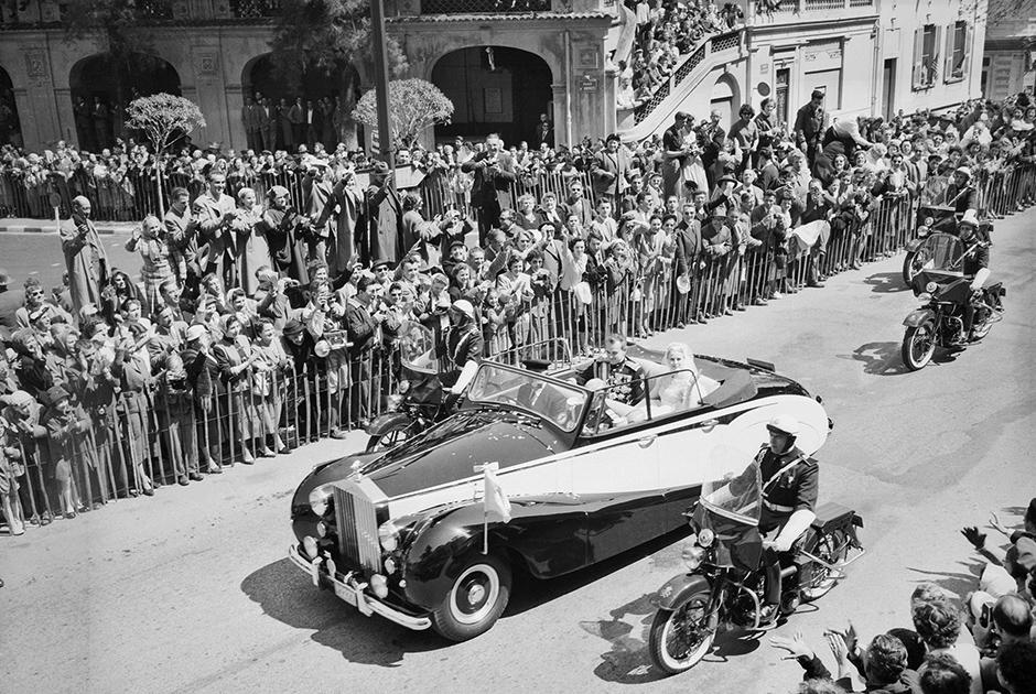 Свадебная процессия Ренье и Грейс по улицам Монако в кабриолете Rolls-Royce Phantom IV