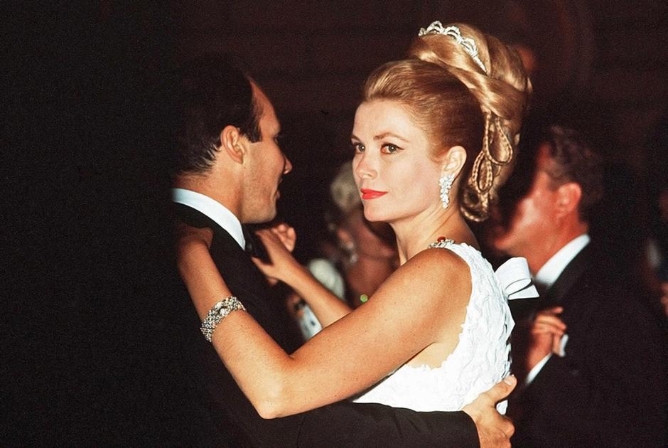 Княгиня Грейс в длинном платье и одной из ее любимых диадем на балу в 1966 году