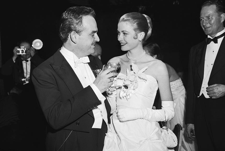 Грейс Келли и ее жених, князь Монако Ренье III во время «Императорского бала» в гостинице Waldorf-Astoria в Нью-Йорке. 6 января 1956 год