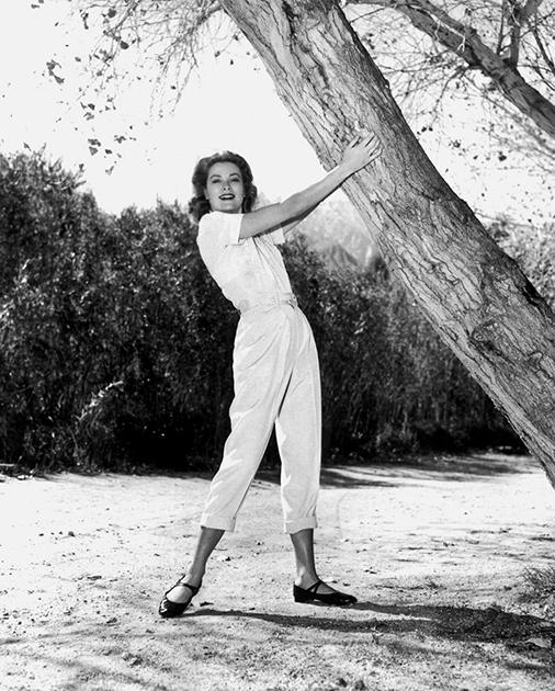 Келли быстро добилась успеха и стала жить, как настоящая принцесса. Актриса в саду своего поместья в Голливуде