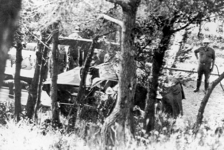 Пожарные и спасатели вокруг разбитого Rover 3500, в котором погибла княгиня Грейс. 13 сентября 1982 года