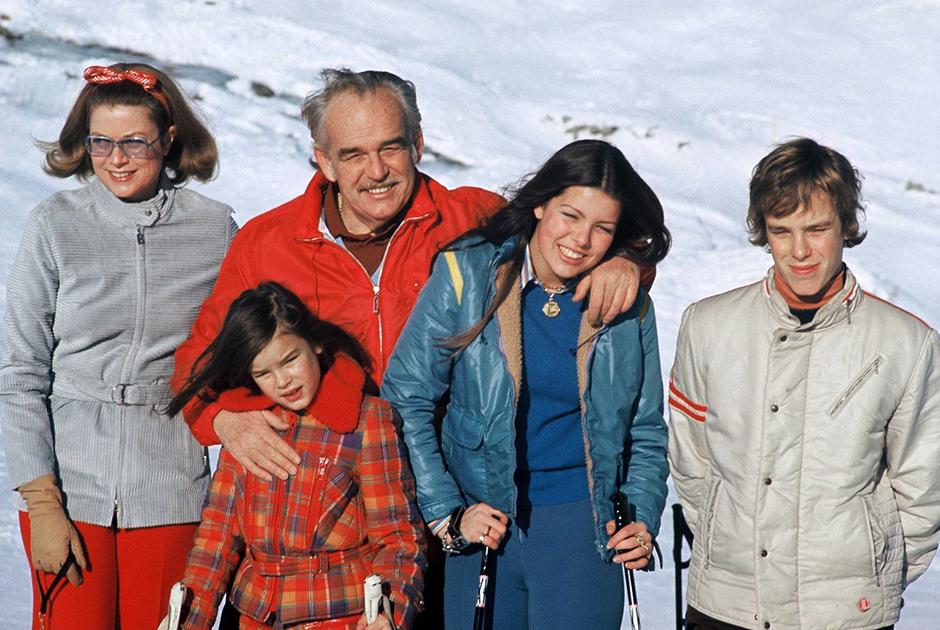 Княгиня Грейс Келли с мужем князем Ренье III и их тремя детьми: принцессами Стефанией и Каролиной, а также наследным принцем Альбером. Январь 1971 года