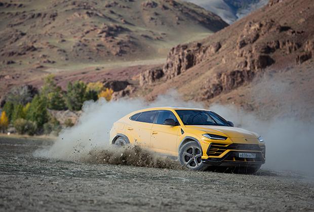 Urus — первый Lamborghini с турбо-мотором. В отличие от суперкаров Huracan и Aventador, у него под капотом стоит не V10 или V12, а V8 4.0 с двумя турбинами. Мощность — 650 лошадиных сил. Этого хватает, чтобы развить 305 километров в час и достичь 100 километров в час за 3,6 секунды.