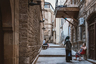 Узкие уютные улицы располагают к размеренной прогулке. В них возможно и заблудиться— точно так, как это произошло с героями советского фильма «Бриллиантовая рука», заграничные сцены которого снимались здесь. Тем не менее это увлекательная прогулка, во время которой наслаждаешься восточным колоритом.