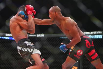 Боец MMA закончил поединок ударом коленом в прыжке и поиздевался над соперником