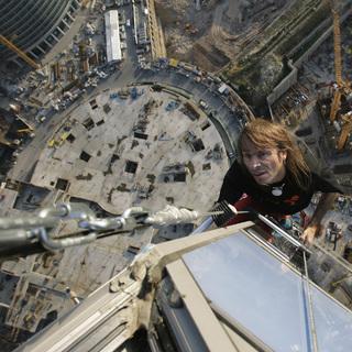Человек-паук Ален Робер во время подъема на башню «Федерация»