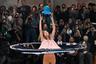 Для модного дома Issey Miyake наступила новая эпоха: вместо Есиюке Миямае креативным директором бренда стал Сатоси Кондо, дебют которого состоялся в Париже. Он с ходу громко заявил о себе. В прямом смысле этого слова — модели не просто дефилировали, но танцевали и пели.