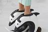 Любители коллекции Тома Брауна запомнили лишь ботинки в виде дельфинов, прически в стиле Марии-Антуанетты и музыку из «Телепузиков». Профессионалы обратили внимание на твидовые плиссированные юбки и платья из рубашечной ткани.