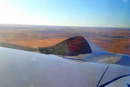 Обшивка двигателя авиалайнера оторвалась во время полета