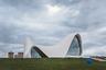 Центр, названный именем третьего президента страны, является одной из визитных карточек современного Баку и всего Азербайджана. Проект центра был разработан знаменитым архитектором Захой Хадид. Здание имеет сложную футуристическую конструкцию. Плавные изгибы и формы, волнообразно стремящиеся вверх и мягко сливающиеся с землей, символизируют связь прошлого с будущим, продолжительность и бесконечность. <br></br> На территории комплекса расположены декоративные пруды, искусственное озеро, парк, а на газонах установлены цветные скульптуры в виде животных и насекомых. <br></br> Захи Хадид получила за проект центра Гейдара Алиева премию Design of the Year 2014.