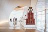 На выставке представителя современного азербайджанского искусства Фаига Ахмеда экспонируются его постмодернистские ковры. Фаиг Ахмед сочетает традиционные качества ковра с современными, трансформируя для этого старые образцы ковроткачества.  <br></br> На фото— инсталляция под названием «10-(35)». Этот арт-объект обращает внимание на важную роль соблюдения технологии изготовления ковров. Нити основы ковра, видимые лишь как бахрома на готовом изделии, являются заметной частью инсталляции. Равномерной натяжкой нитей на ткацком станке достигается стабильность всей конструкции ковра, в противном случае происходит его деформация.