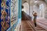 Архитектура подобных мечетей такова, что огромный молельный зал делится на три части, связанные между собой широкими проемами. Каждая часть имеет свой купол и михраб (это ниша в стене мечети, украшенная двумя колоннами и аркой). В михрабе молится имам мечети, находясь таким образом впереди остальных молящихся.