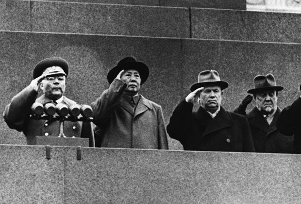 Мао Цзэдун на одной трибуне с первым секретарем ЦК КПСС Никитой Хрущевым и другими руководителями СССР. 1957 год, 40-я годовщина Октябрьской революции