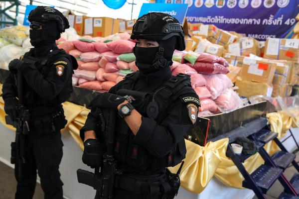 Россиянин подарил тайцам игрушечные деньги и пошел под суд