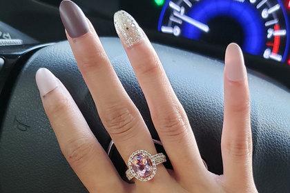 Девушка похвасталась кольцом и была поднята на смех за огромные ногти