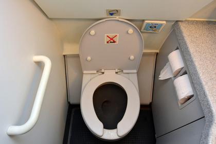 Стюардессы отказались пускать пассажирку в туалет и вынудили ее ходить под себя