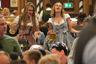 Другие гостьи придерживались более традиционных костюмов. Потуже затянув корсет на широких немецких талиях, девушки прибыли на праздник в пышных дирндлях (национальное платье немецкоговорящих жительниц Альп). О том, что на дворе 2019 год, напоминали только хипстерские очки, сумка Furla и современная кружка пива — в качестве аксессуара.