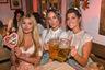 На Октоберфесте вспоминали не только старые традиции баварцев, но и давно вышедший из моды Instagram-тренд. После литровых стаканов пива эти гостьи не придумали ничего лучше, кроме как попозировать с губами-«уточкой».