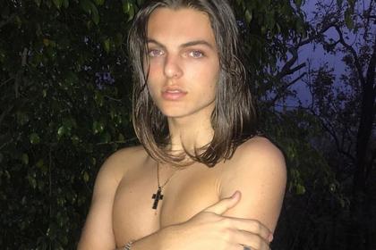 Сын голливудской актрисы повторил фото матери топлес