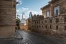 Ичери-шехер (Старый город) в Баку — это, с одной стороны, древний историко-архитектурный заповедник с множеством достопримечательностей, а с другой — жилой квартал. <br></br> В Баку гармонично сочетаются как старинные сооружения, так и ультрасовременные. Башни Flame Towers — три небоскреба, по форме напоминающие языки пламени— самые высокие здания в Азербайджане, которые видны из любой точки Баку. <br></br> Каждый вечер можно наблюдать эффектное освещение комплекса Flame Towers. LED-экраны на фасаде транслируют движение огня, и башни становятся похожими на гигантские факелы.