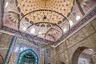 Своды и стены мечети декорированы растительным орнаментом и цитатами из Корана. Орнаментальный декор имеет изысканные цветовые сочетания.