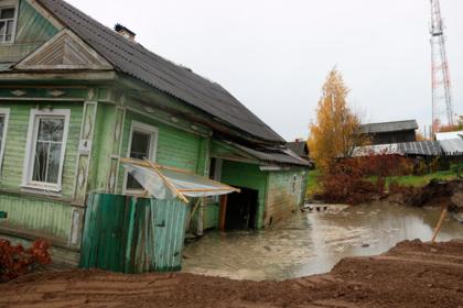 В российском городе фонтанирующая скважина засосала дом